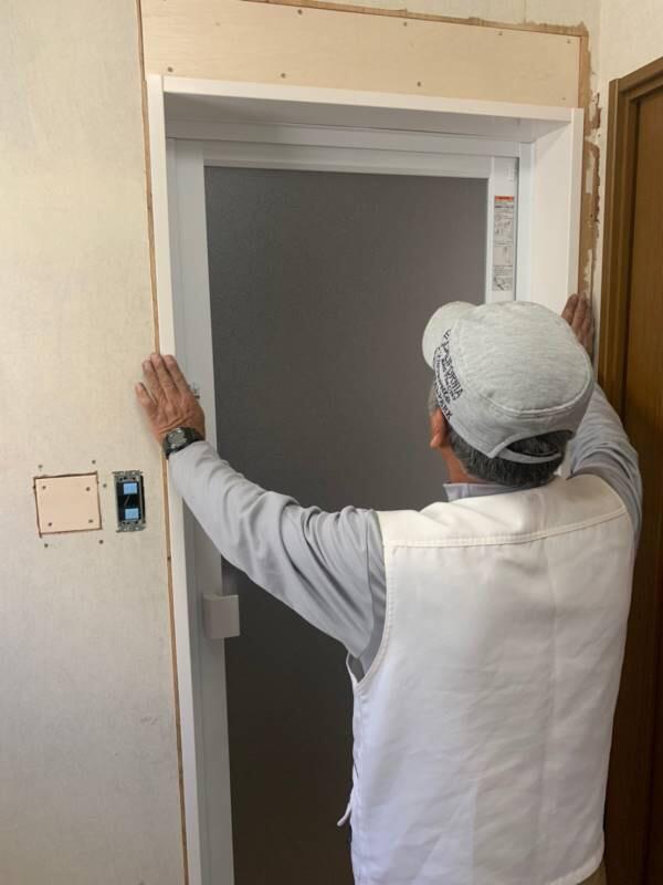 入口ドア枠廻りに工事